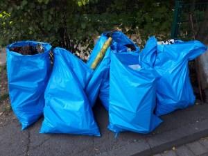 Die vollen blauen Müllsäcke mit dem gesammelten Müll