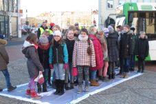 30 Schülerinnen und Schüler brauchen genauso viel Platz wie ein einziger PKWFoto: Claudia Karsten