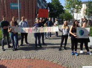 Schülerdemo Fridays For Future Hamm, 24.05.2019: Teilnehmer*innen vor dem Kleist-Forum.