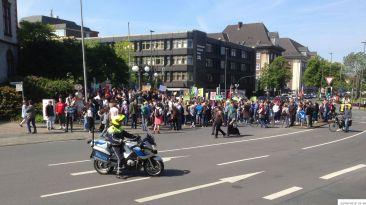 Schülerdemo Fridays For Future Hamm, 24.05.2019: Kundgebung vor dem Rathaus. Für die Autos ging zeitweilig nichts mehr.
