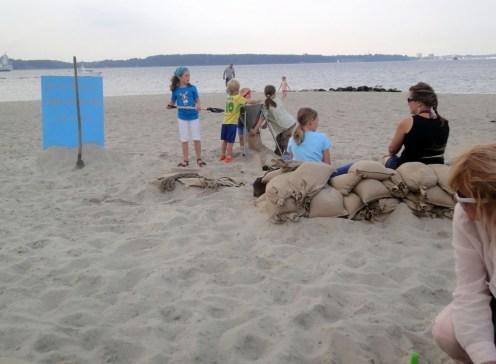…besonders die Jüngsten nehmen die Gelegenheit wahr, Sandsäcke zu füllen wie sonst die Feuerwehr (Foto: C.Koch)