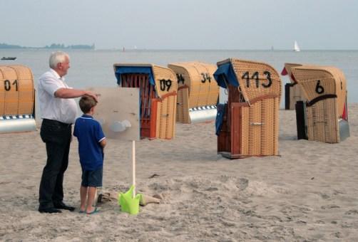 Bürgermeister Riecken erklärt seinem Enkel klimatische Veränderungen am Modell (Foto: C.Koch)
