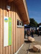 Der in ökologischer Bauweise errichtete Pavillon steht zentral gegenüber der Touristinfo im Schöneberger Ortsteil Kalifornien.