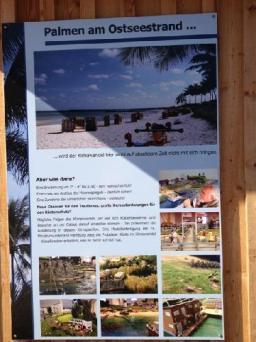 Informationstafeln ergänzen das vom Miniatur Wunderland hergestellte Modell der Küste der Probstei.