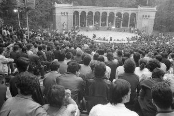 Публиката е в очакване. 1987 г Концерт, Борисовата градина на летния кинотеатър с прословутото сваляне на група Кале от сцената. Снимка