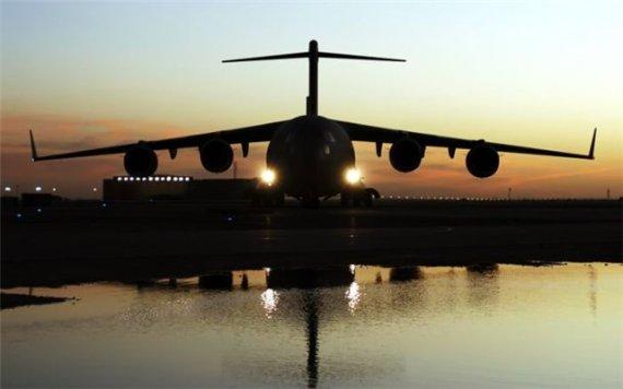 Imagen de avion al atardecer