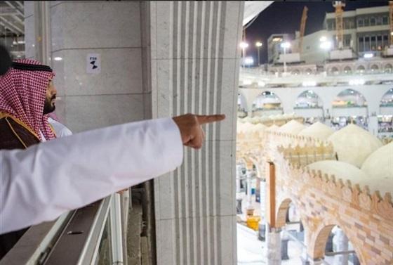 محمد بن سلمان يصعد فوق الكعبة ويصلي ركعتين بالحرم