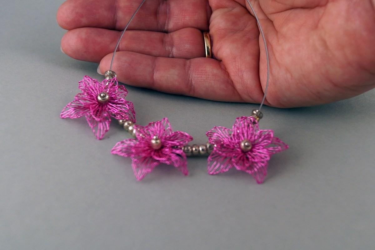 rosa Collier, Schmuck aus Draht, Bib Halskette, Klöppelschmuck