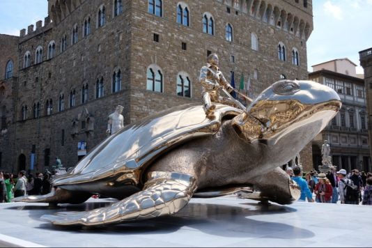 Schildkröten-Figur auf der Piazza de la Signora anlässlich der europäischen Kulturhauptstadt