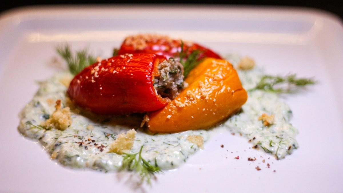 (Nejen) nízkosacharidový recept: Papričky a kapusta plněné mletým masem s bylinkami, tzatziki a parmazánová mandlová strouhanka