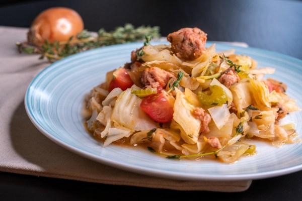 """Zelné """"těstoviny"""" se salsicciou, rajčaty a bylinkami, #low-carb, paleo recept"""