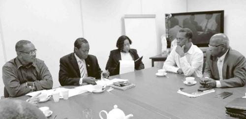 Minister Sherwin Josepha (PS) van SOAW (tweede van links) met enkele commissieleden.