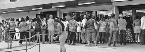 Bij de liquidatie-uitverkoop bij supermarkt Save-A-Lot Curaçao aan de Prairieweg kwamen vele belangstellenden samen.  FOTO JEU OLIMPIO