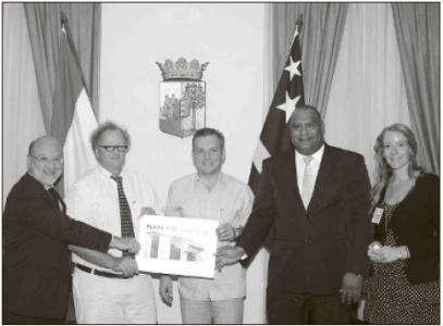 Vlnr: Minister Abdul Nasser El Hakim, de initiator van het project Christiaan van Assendelft van Wijck, premier Gerrit Schotte, minister Charles Cooper en de dochter van de projectontwikkelaar.