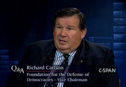 Oud-ambassadeur Richard Carlson: 'Groot schandaal in Den Haag staat op uitbreken'.