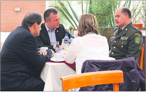 Gerrit Schotte maakt volgens eigen zeggen hier in Colombia met Dipol agenten 'afspraken op het gebied van veiligheid, corrupte, georganiseerde misdaad en drugsbestrijding'