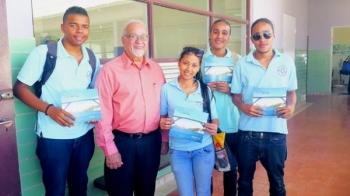 Stella Maris Studenten samen met de heer Andres Casimiri van Greentown Curaçao