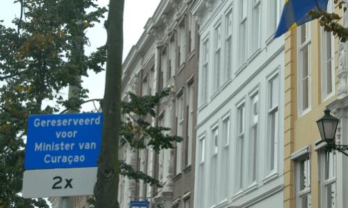 De gereserveerde parkeerplekken van Curacaose Ministers voor het Curacaopaleis