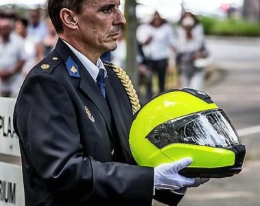 De helm van Ferry Bakx wordt naar het crematorium gedragen.