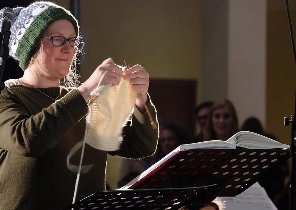 Conducting Handel's Messiah with knitting needles (photo © Pier Corona)
