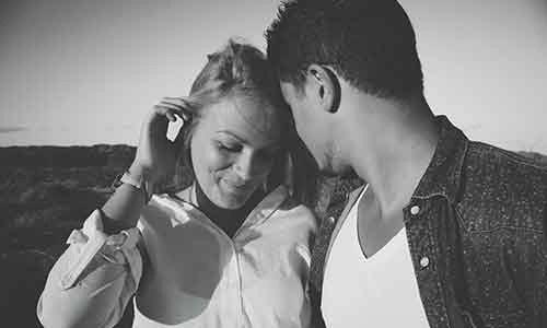 ragazza che si guarda in modo amorevole con un ragazzo, foto in bianco e nero
