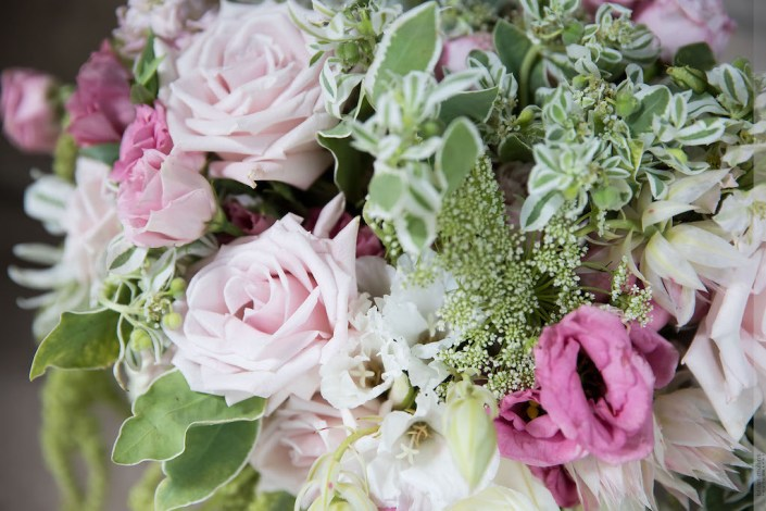 roses-snow-mountain-lisianthus-lace-flowers