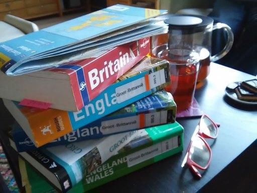 stapel boeken met reisgidsen over Engeland