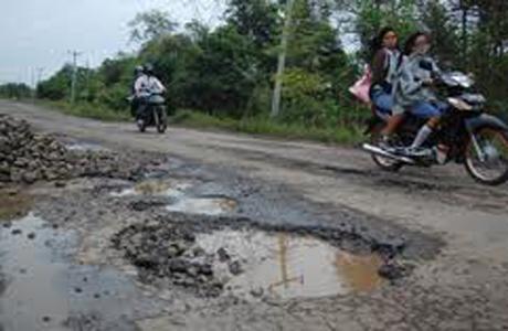 Warga Keluhkan Kualitas Jalan Kabupaten