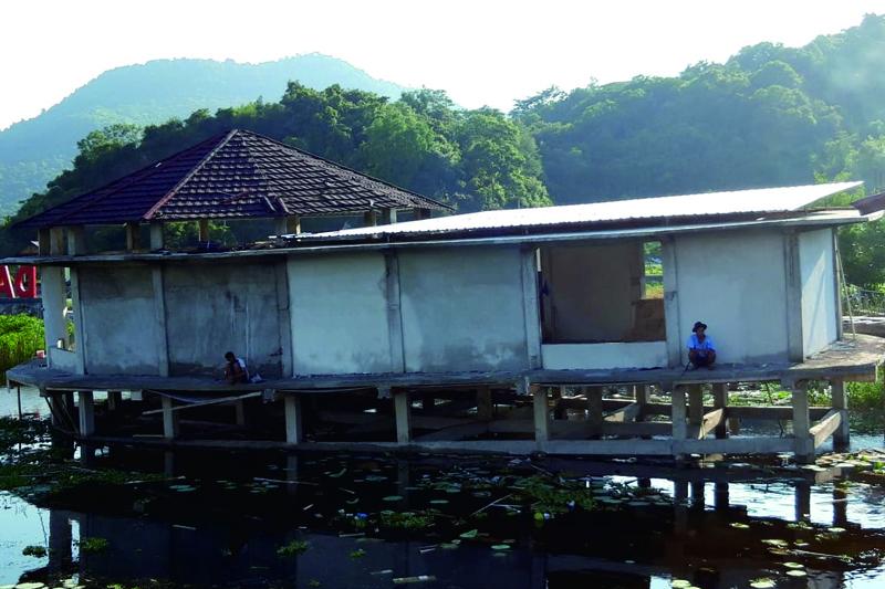 Bangunan Miring di Danau Lebo Jadi Buah Bibir
