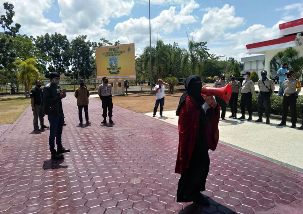 Unjuk Rasa Depan Kantor Bupati KSB Berakhir Ricuh, Beberapa Orang Tak Dikenal Terobos Barisan Polisi