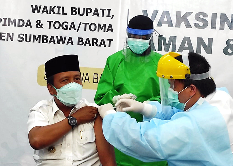 Wakil Bupati Jadi Orang Pertama Disuntik Vaksin Sinovac di Sumbawa Barat