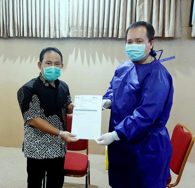 Bupati Sumbawa Barat Disuntik Vaksin Covid 19 Bupati Terima Kartu Vaksinasi