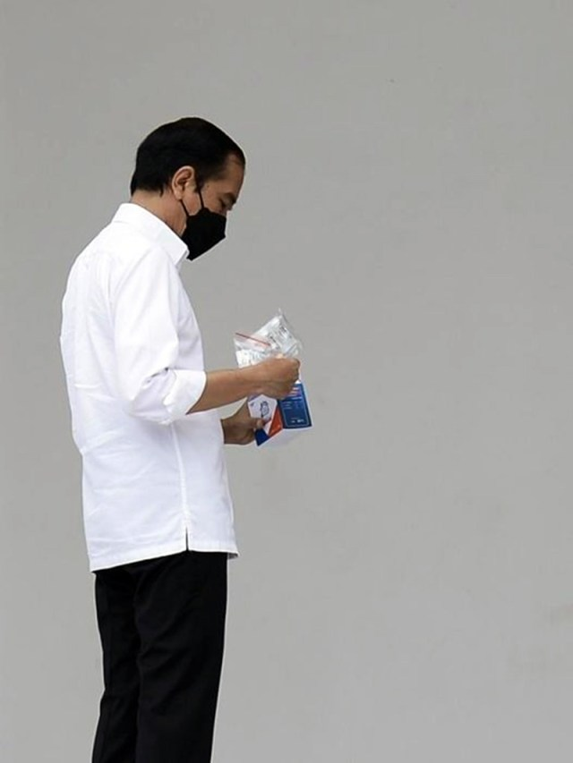 Presiden Jokowi Bagikan Vitamin dan Obat Covid 19 2