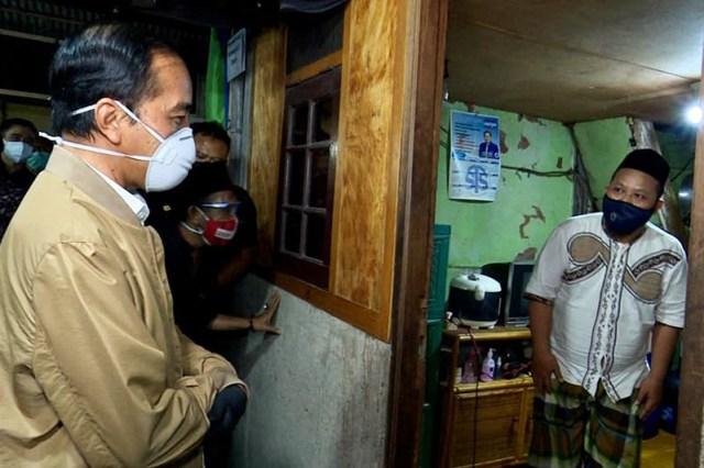 Presiden Jokowi Blusukan Bagikan Vitamin dan Obat Covid 19 Serta Sembako 1