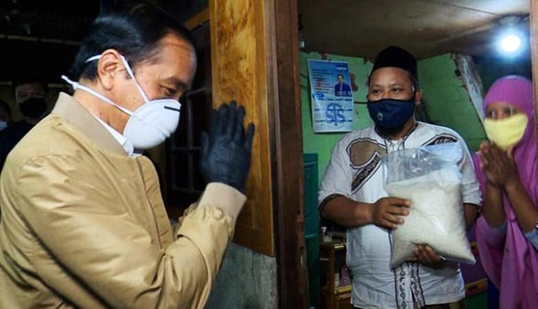 Presiden Jokowi Blusukan Bagikan Vitamin dan Obat Covid-19 Serta Sembako