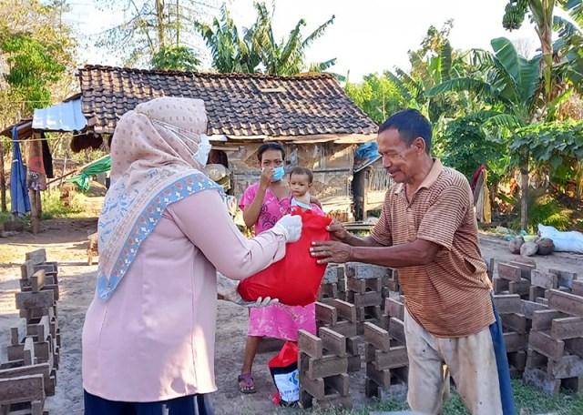 Wakil Bupati Sumbawa Door To Door Bagi Bantuan Ke Masyarakat 4
