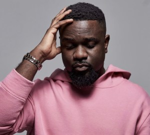 Sarkodie Returns To Ghana With Family