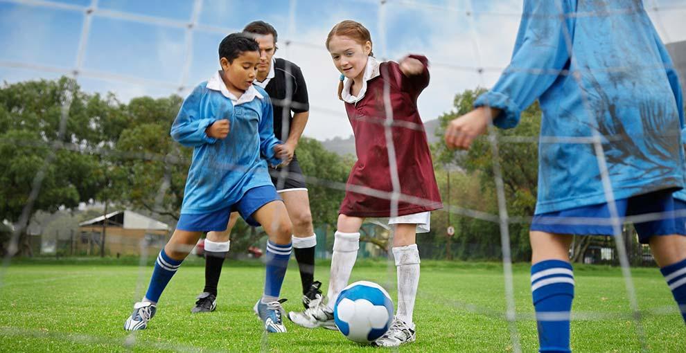 Stroje piłkarskie dla dzieci. Bezpieczny, mały piłkarz.