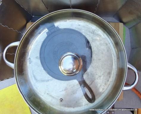 Das Waffeleisen wird eingebrannt - Pfanne dient als Backofen