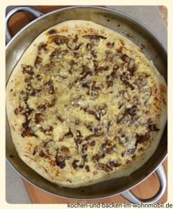 Pilzpizza http://www.kochen-und-backen-im-wohnmobil.de