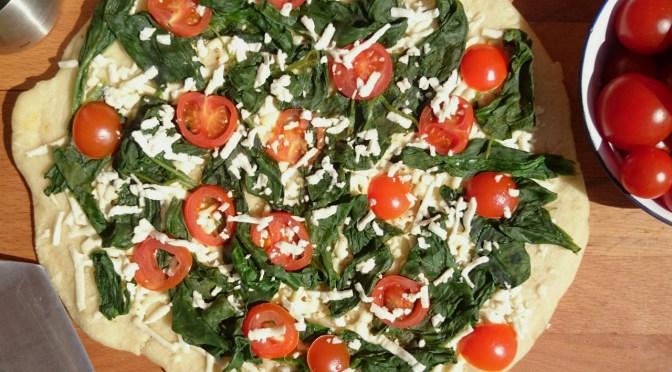 Pizza aus der Pfanne III  {mit Spinat, Fetakäse und Tomaten}