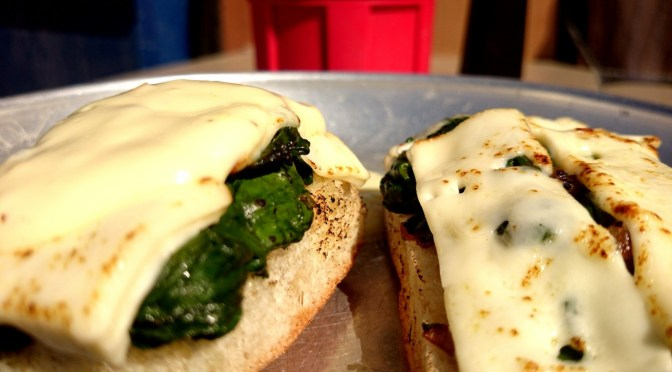 Spinat auf knusprigem Baguette mit Fetakäse und Knoblauchcreme