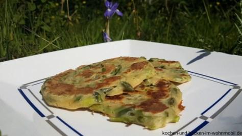 herzhafte Pancakes mit grünem Spargel