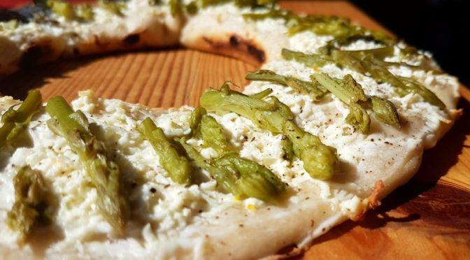 Pizza mit grünem Spargel im Omnia Camping Backofen