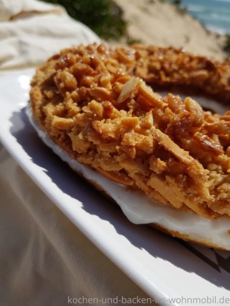 Bienenstich mit Pudding gefüllt. Gebacken im Omnia Backofen