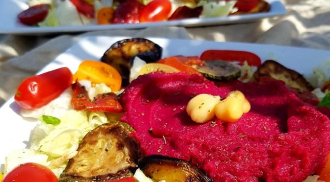 Mediterraner Salat mit Grillgemüse und Rote Beete Hummus