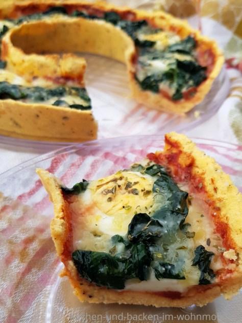 Pizzateig aus Kokosmehl. Einfache Low Carb Pizza mit dem OMNIA backen. Lecker belegt mit Spinat und Ei.