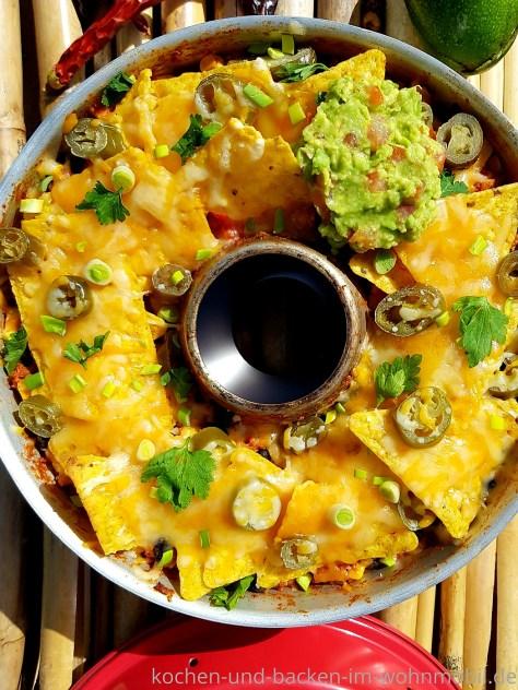 One Pot Rezept für den OMNIA Backofen: Chili mit überbackenen Tortilla Chips