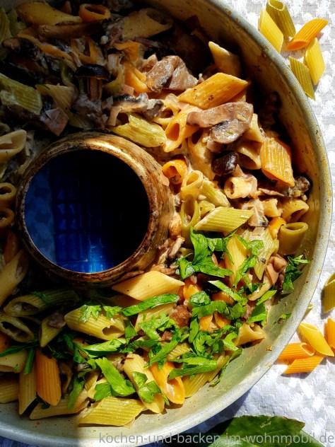 One Pot Rezept für den OMNIA Backofen: Nudeln in Pilzsoße