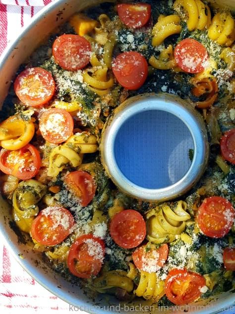 Omnia Backofen gefüllt mit One Pot Pasta mit Spinat, Mozzarella und kleinen Tomaten.